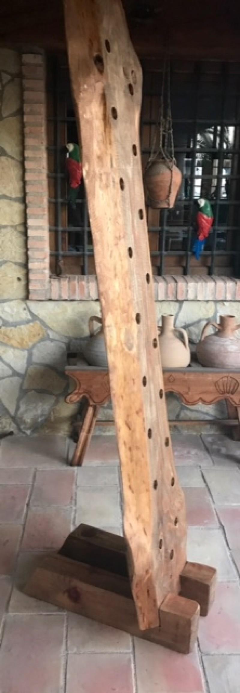 Botellero de madera. Mide 2.10 cm de alto x 48 cm de ancho x 67 cm de fondo