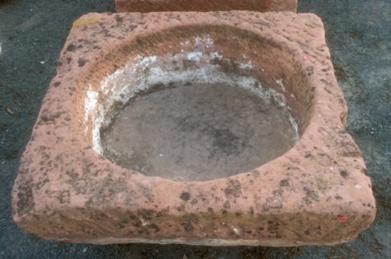 Pilón cuadrado de piedra rojiza mide 81 cm x 80 cm x 36 cm de alto.