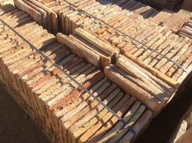 Ladrillo de suelo antiguo. Mide 33x13x3 cm. En stock hay 303 Uds = 13 m2