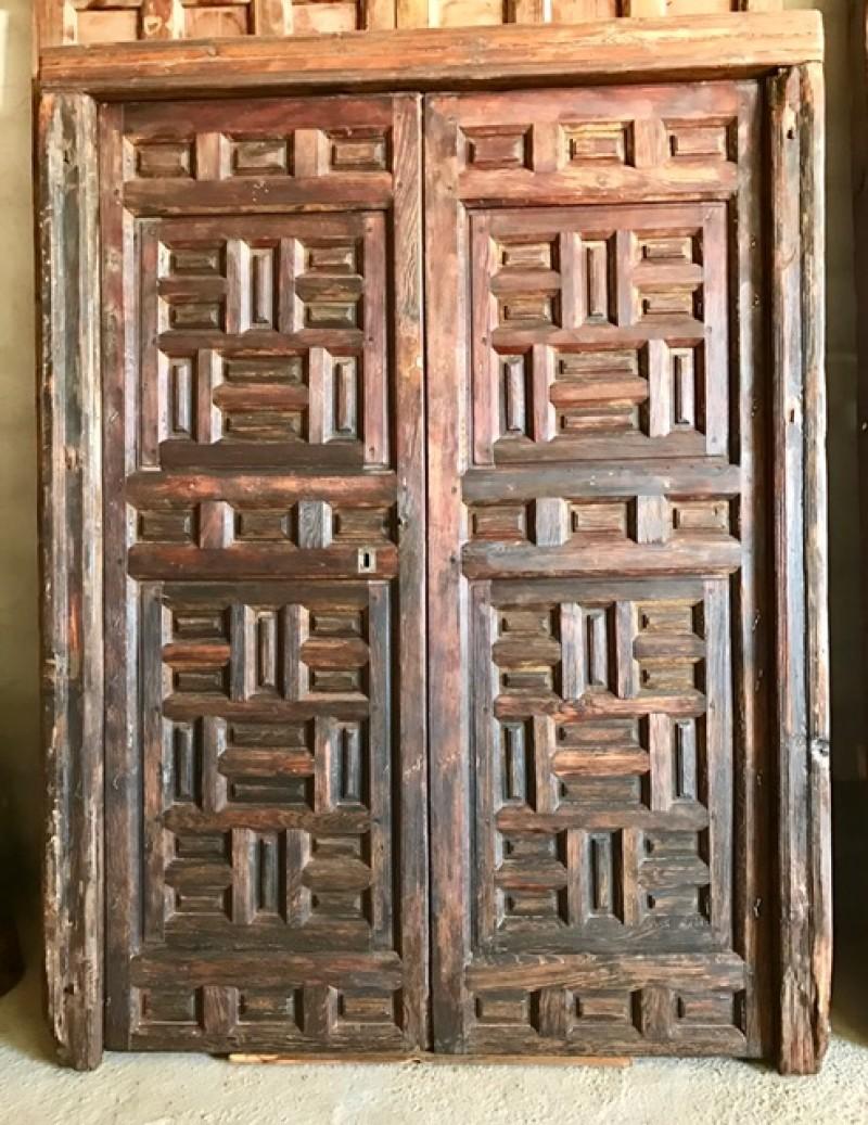 Puerta de balcón antigua con cuarterones, lleva ventanas en las hojas. Medida exterior 2.44 cm de alta x 1.84 cm de ancha. Medida interior 2.30 cm alta x 1.60 cm ancha