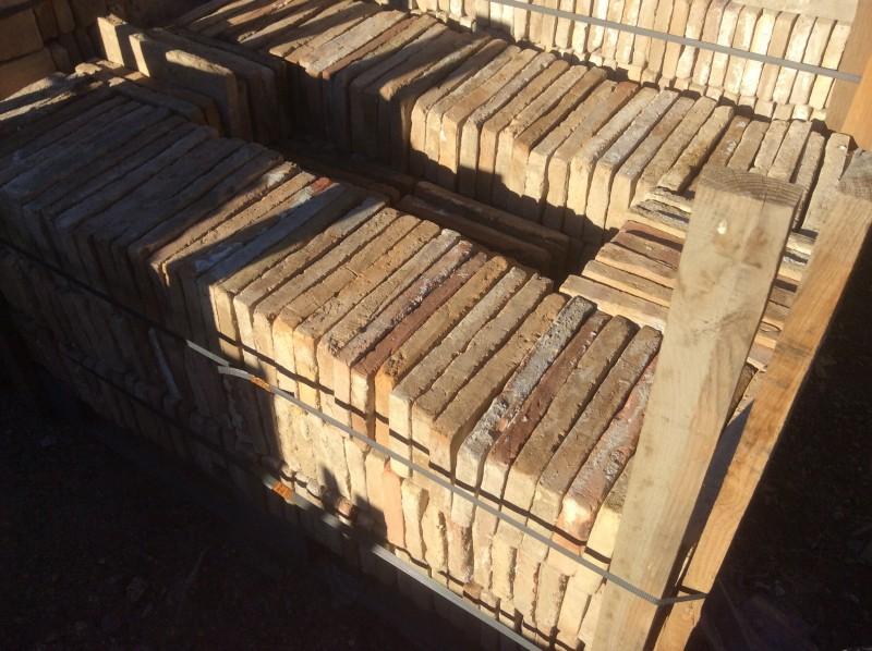 Ladrillo de suelo antiguo. Mide 27x13x3 cm. En stock hay 319 Uds = 11,20 m2