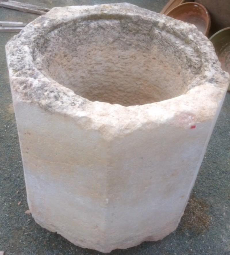 Pozo de piedra caliza. Mide 84 cm x 81 cm x 86 cm de alto, y 56 cm de diámetro interior.