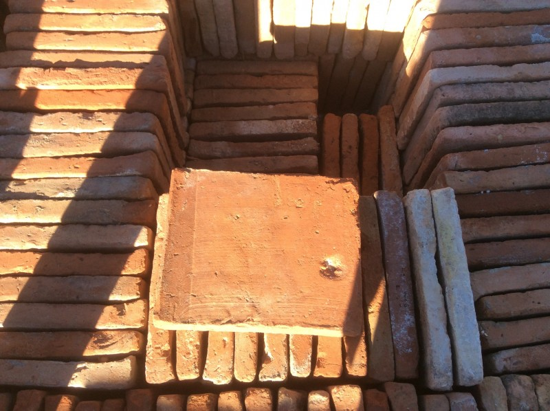 Losa de barro antigua. Mide 18x22x3 cm. Hay 270 Uds = 10,69 m2