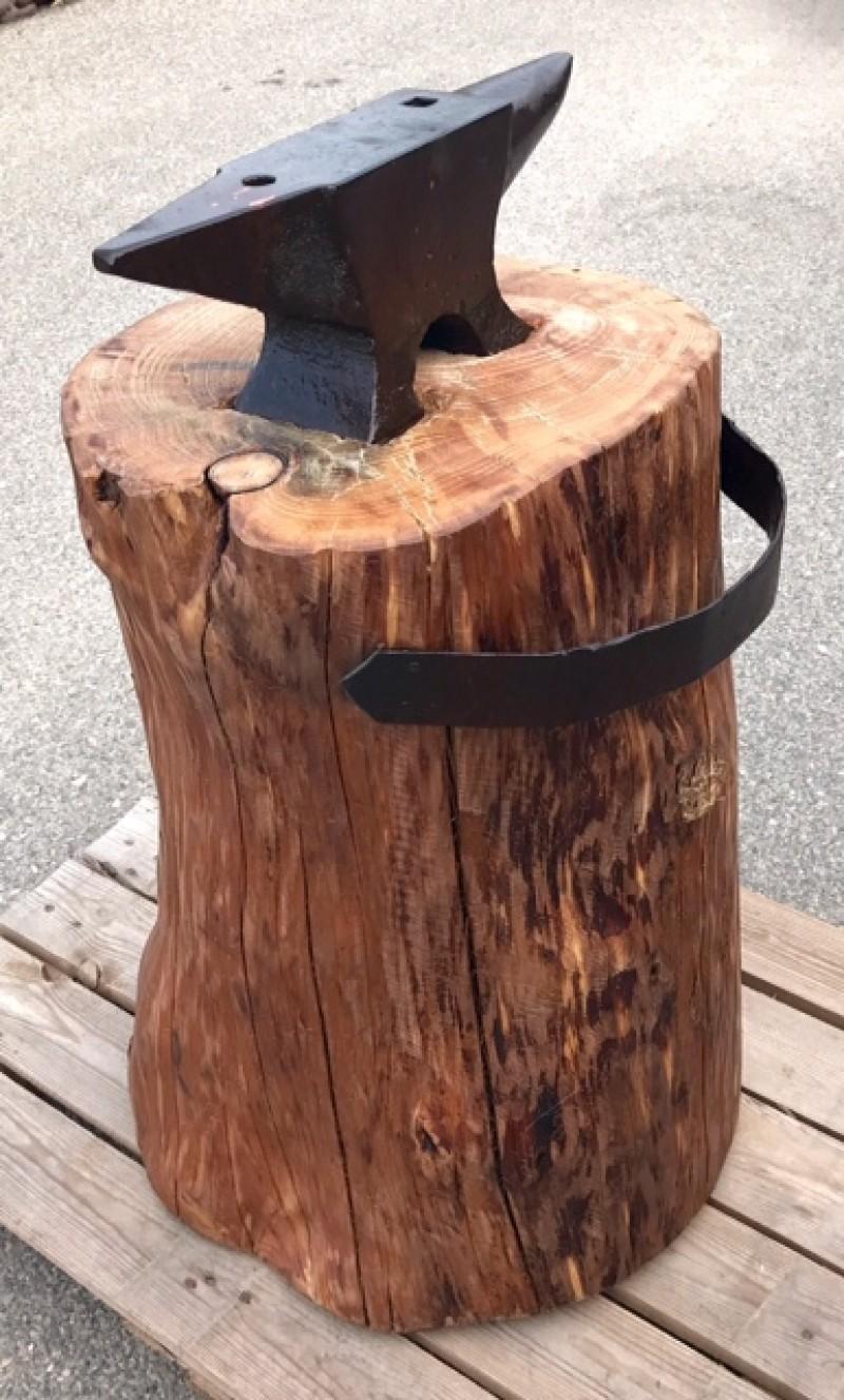 Yunque de hierro con tronco de madera. Altura total con el tronco 78 cm.