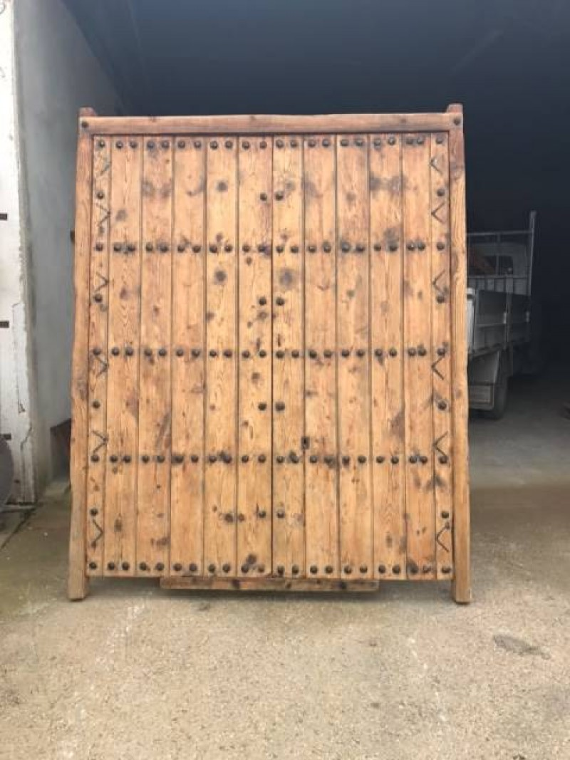 Portón antiguo de madera. Mide 2 m ancho 2.40 m alto