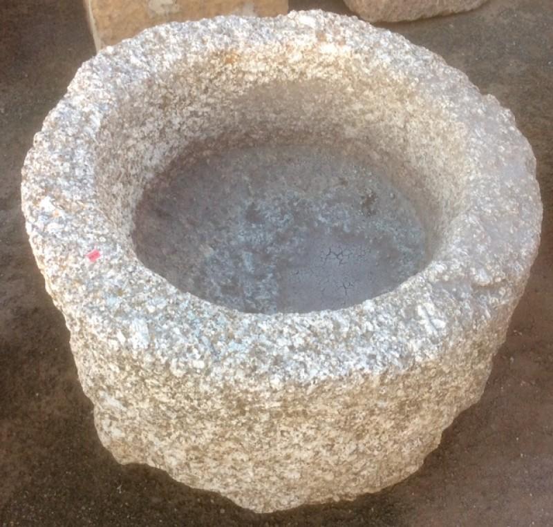 Pilón redondo de granito. Mide 74 cm de diámetro x 45 cm de altura.