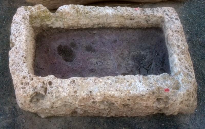 Pilón rectangular de piedra viva. Mide 77 cm x 48 cm x 25 cm de alto