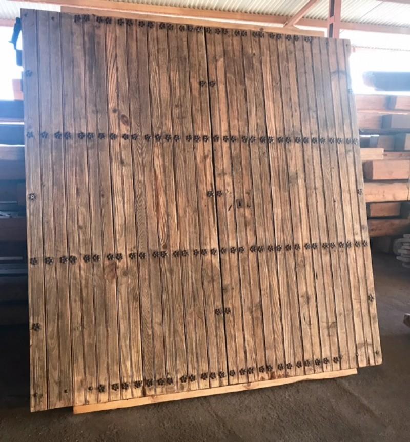 Puerta de Parador antigua. Mide 2.36 cm de ancha x 2.45 cm de alta