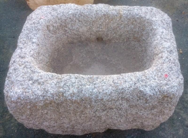 Pilón rectangular de granito. Mide 83 cm x 65 cm x 50 cm de alto.