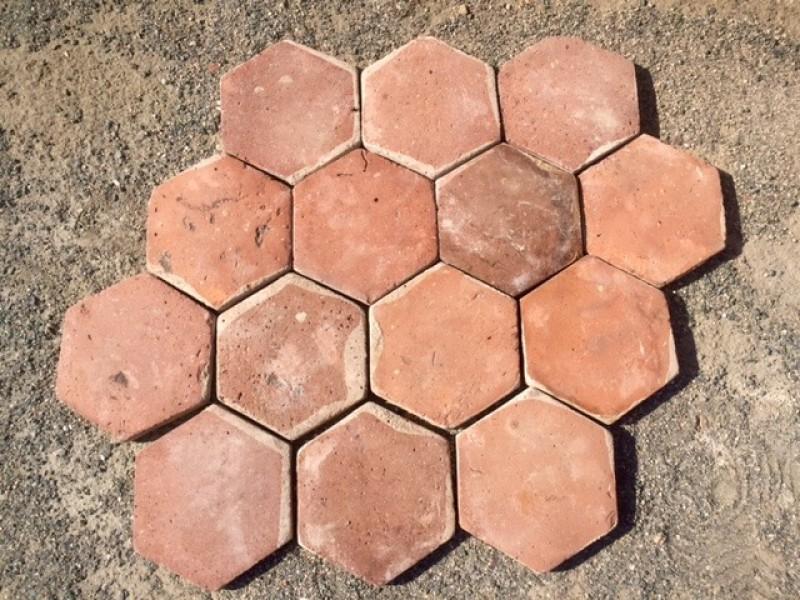Losa de barro hexagonal color rojizo de 15 cm. En stock hay 437 m2 (14 palets)