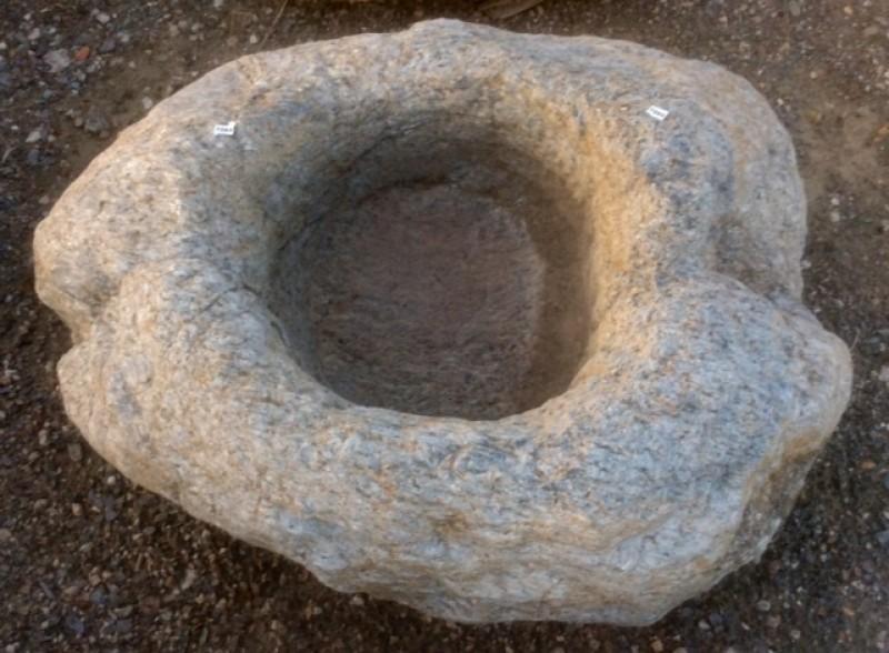 Pila de piedra viva irregular color gris. Mide 70 cm x 60 cm x 20 cm de alta.