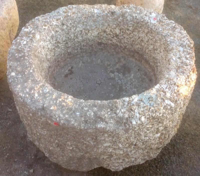 Pilón de granito redondo. Mide 76 cm de diámetro x 48 cm de alto.