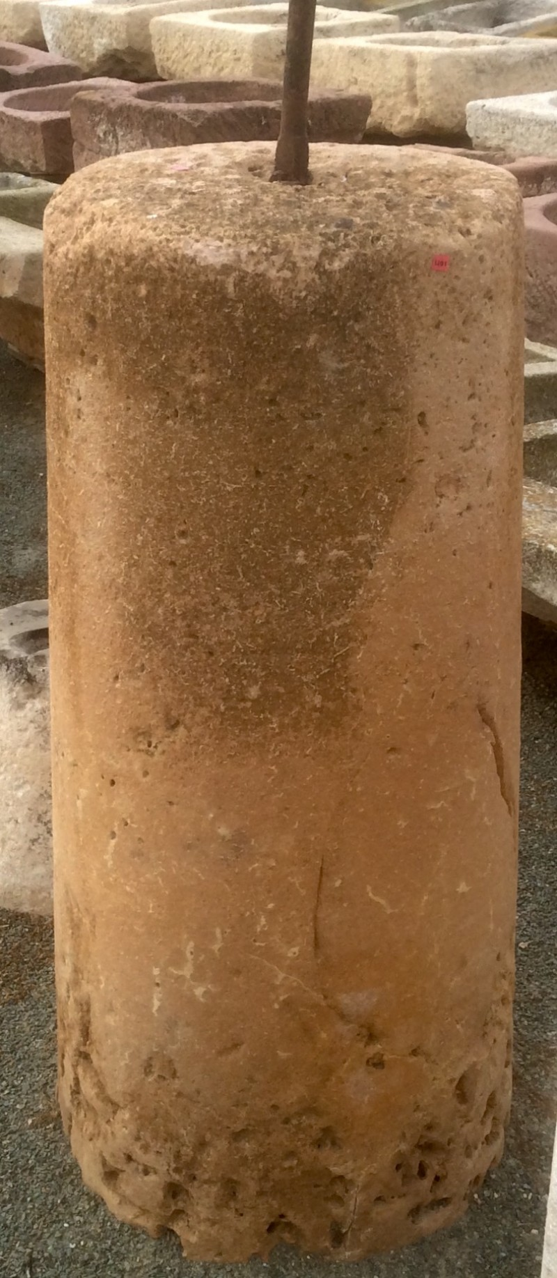 Rulo de piedra caliza. Mide 53 cm de diámetro x 1.07 cm de alto.
