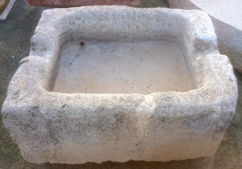 Pilón rectangular de piedra viva, mide 1 mt x 85 cm x 43 cm de alto.