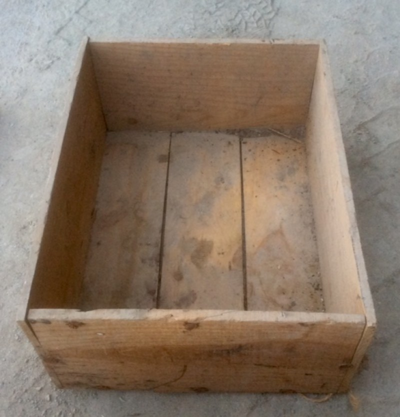 Cajón de madera. Mide 58 cm x 45 cm x 24 cm de alto