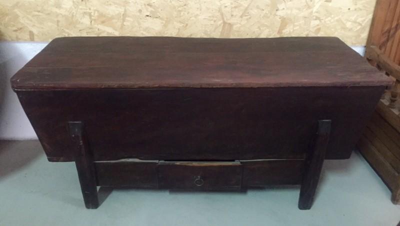 Arca de madera sin restaurar con cajón en la parte inferior. Mide 1.57 cm x 65 cm x 71 cm de alta x 37 cm de altura interior.