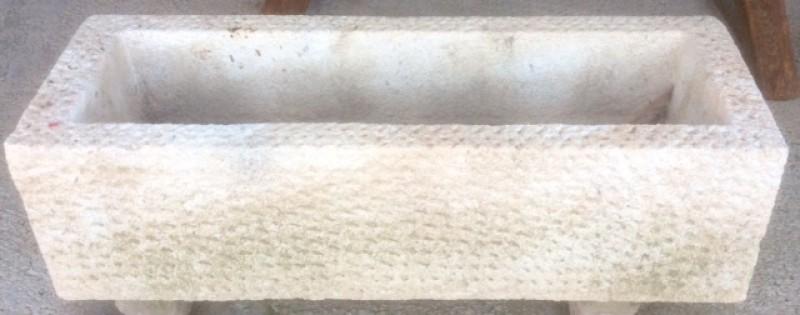 Pilón de piedra rectangular de piedra arenisca abujardado. Mide 1.42 cm x 48 cm x 40 cm de alto.