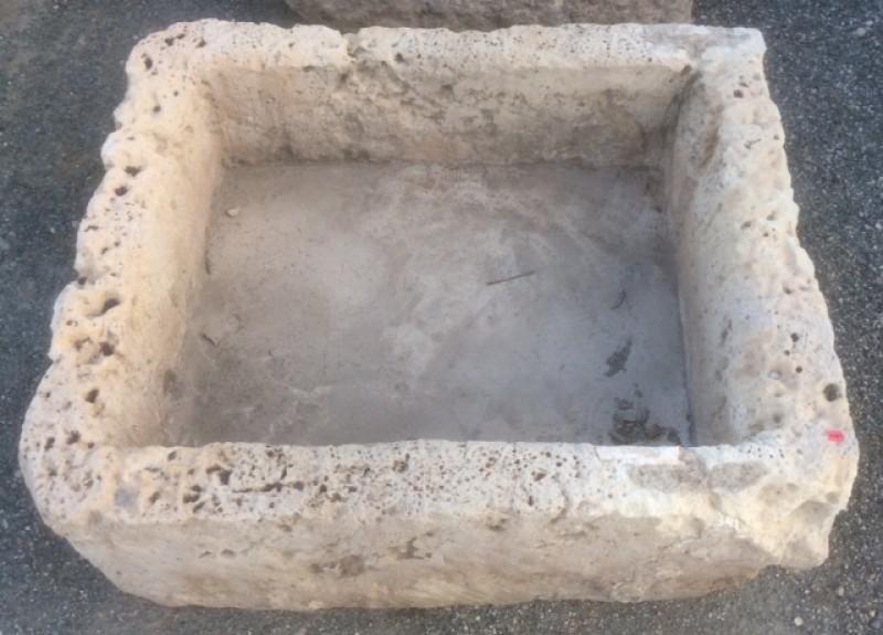 Pilón rectangular de piedra arenisca. Mide 70 cm x 85 cm x 31 cm de alto.