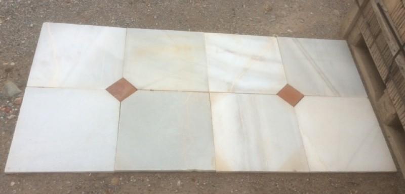 Losa de mármol recuperada, mide 40 cm x 40 cm con taco de barro 10 cm x 10 cm. Canto recto.