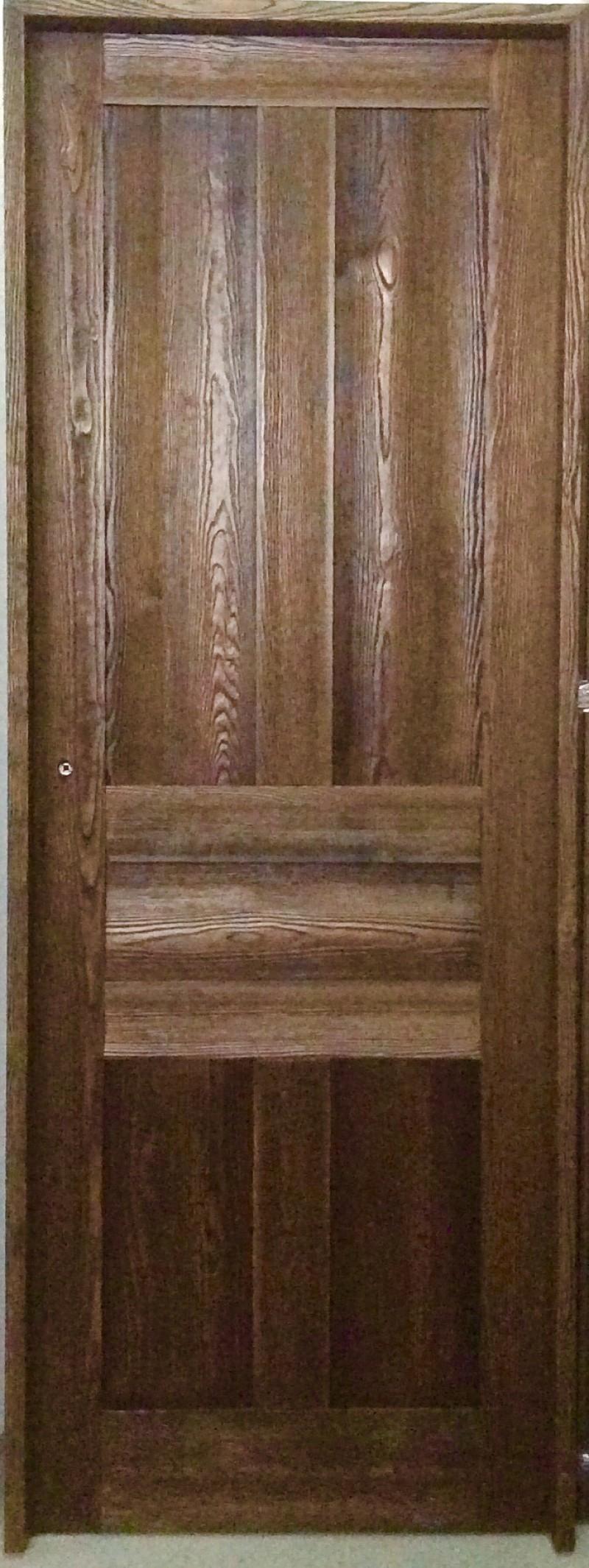 Puerta de interior madera de pino maciza. Terminada en color nogal. Hoja de 72,5 cm. Disponibles en hoja de 62,5 y 82,5 cm.