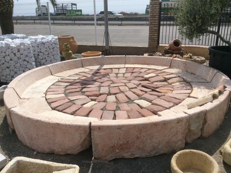 Cerco de piedra viva antiguo, ideal para hacer una fuente de centro. Mide: 4,20 cm de diámetro x 50 cm alto x 13 cm grueso.