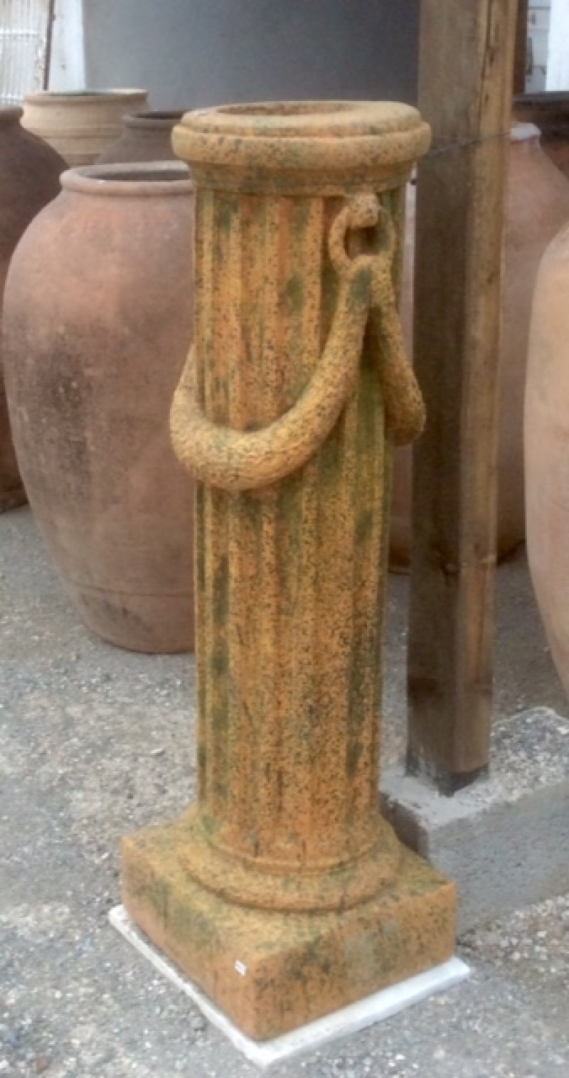 Columna decorativa color óxido, su base mide 34x34 cm y 1.18 cm de alta.