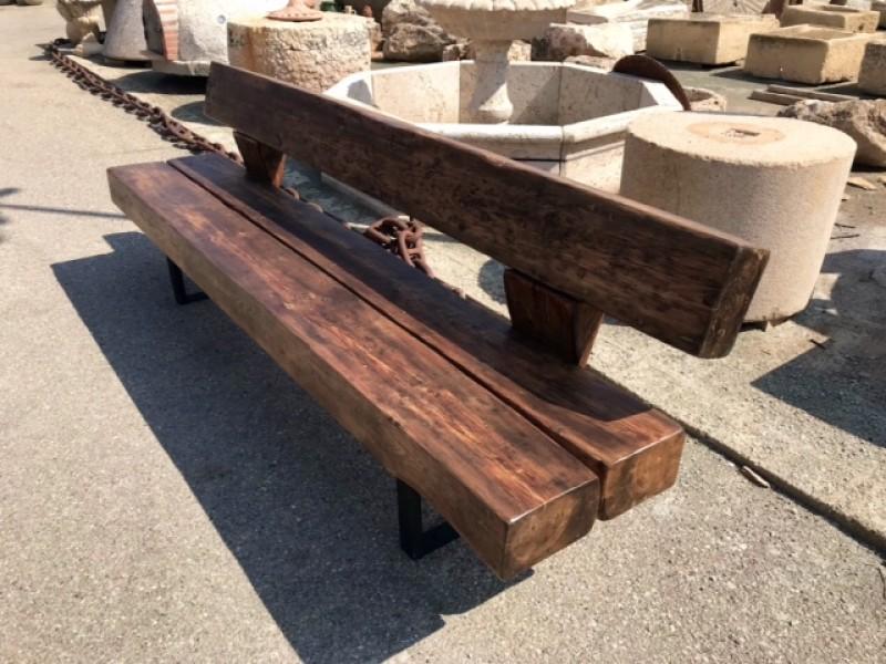 Banco hecho con traviesas de tren, patas de hierro. Ideal para exterior. Mide 2.60 cm de largo.