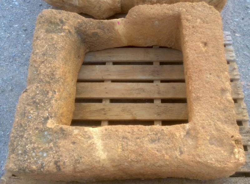 Pozo de piedra arenisca. Mide 1 mt x 87 cm x 25 cm de alto, y 65 cm de interior.