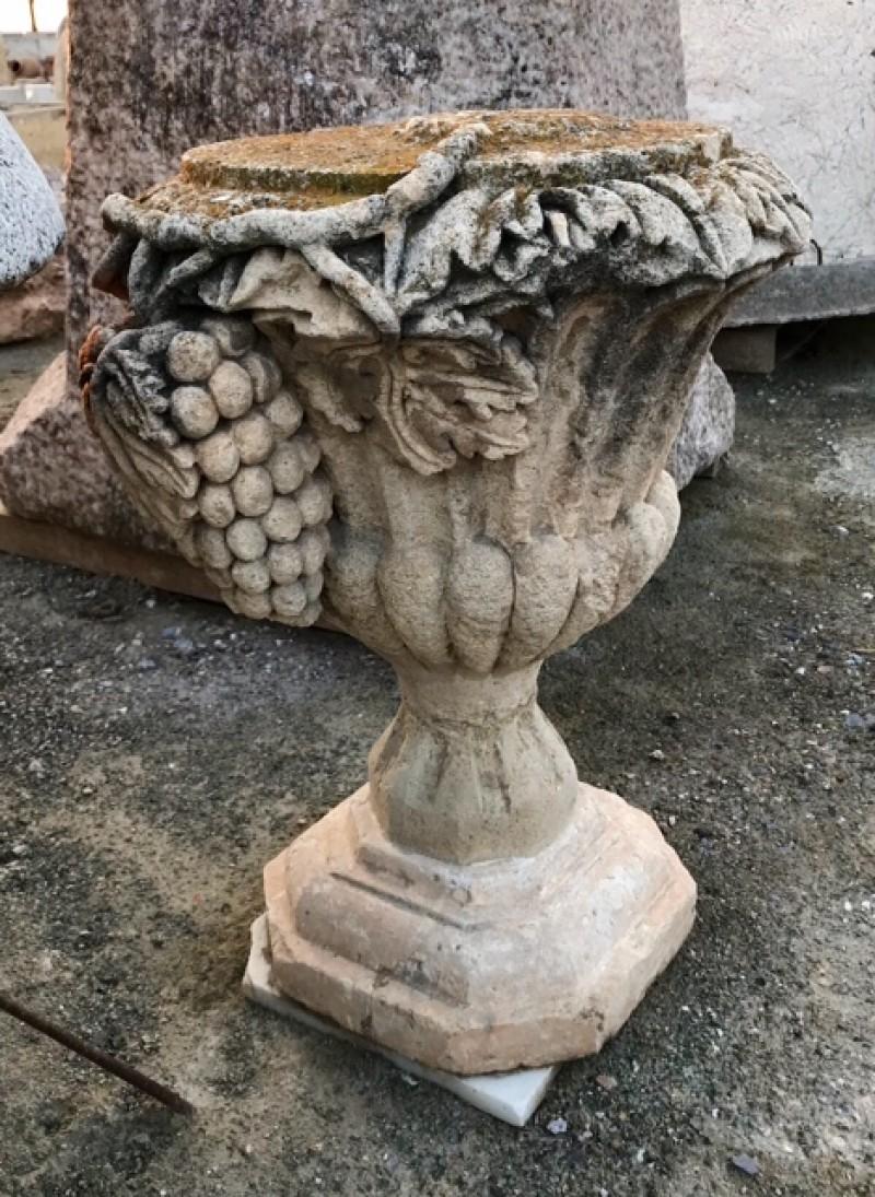 Copa tallada en piedra natural racimo de uvas. Mide 50 cm de diámetro x 65 cm de altura, base 30x30 cm