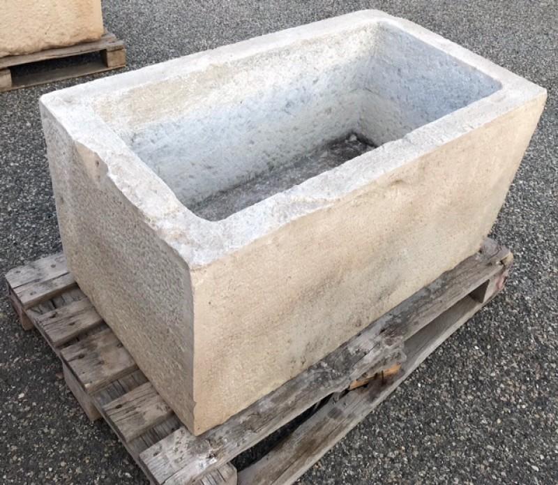 Pilón de piedra caliza antiguo. Mide 1,06 cm x 58 cm x 50 cm de alto