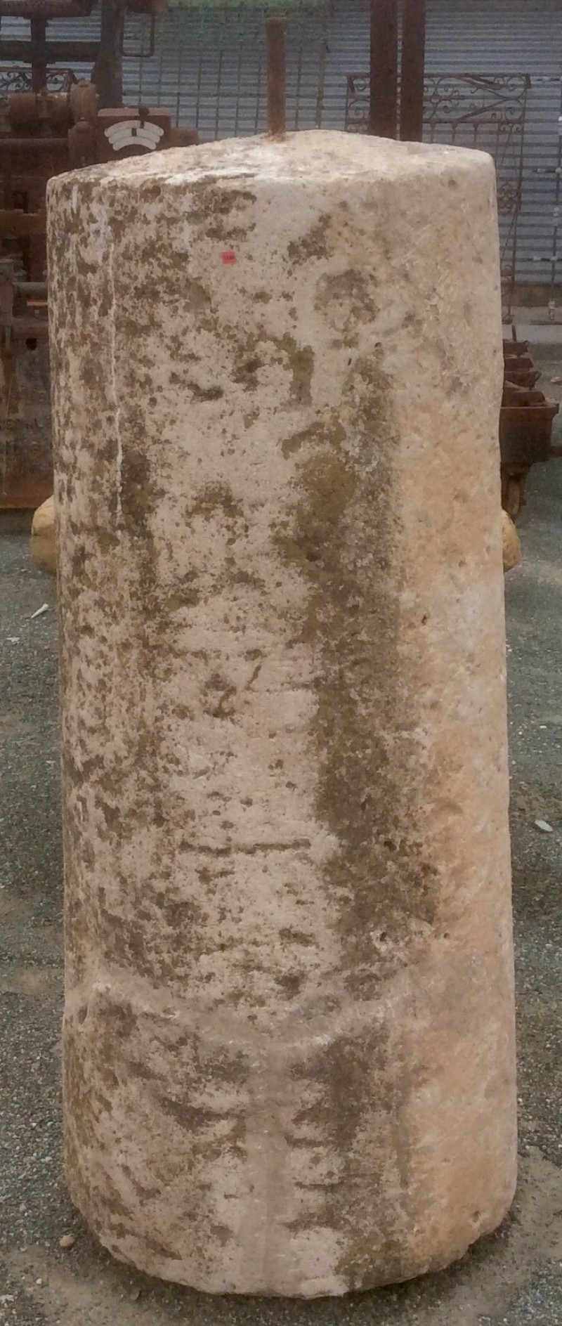Rulo de piedra reparado. Mide 65 cm de diámetro x 1.45 cm de alto.