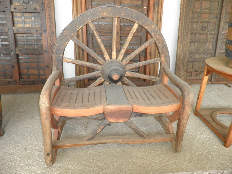 banco rueda rústico, madera maciza. Mide 1.27 cm x 1.27 cm x 70 cm de fondo