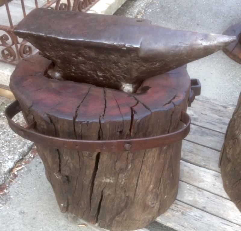 Yunque antiguo de fragua, con pie de madera. Mide 64 cm de largo x 15 cm de ancho x 18 cm de alto. Con el pie mide 80 cm de alto.