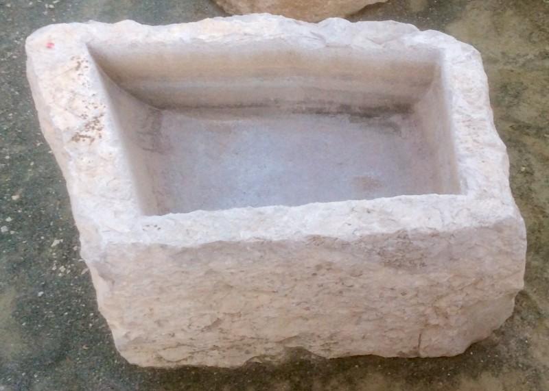 Pilón irregular de piedra viva. Mide 80 cm x 52 cm x 35 cm de alto.