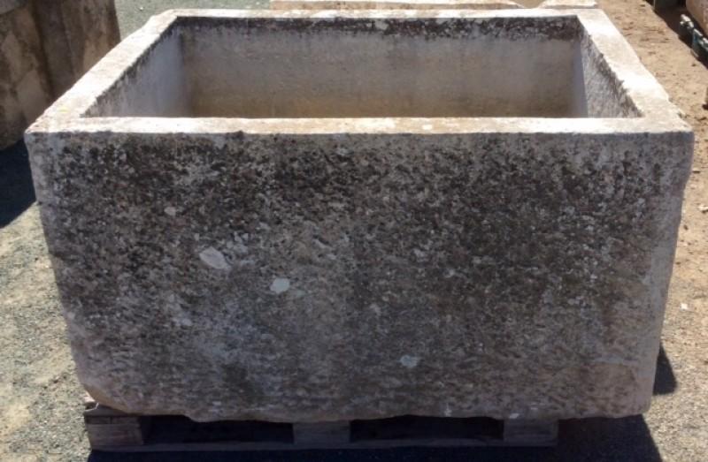 Pilón rectangular de piedra. Mide 1.33 cm de largo x 94 cm de ancho x 76 cm de alto x 65 cm de profundidad