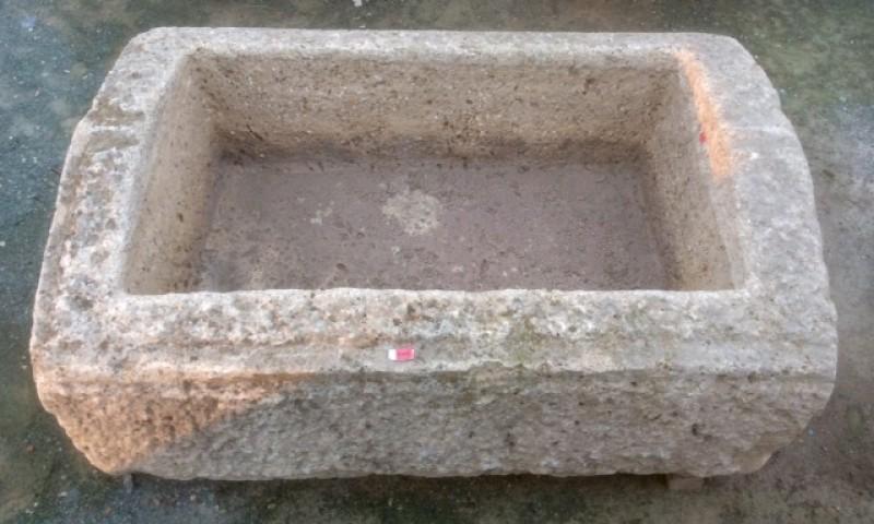 Pilón rectangular de piedra. Mide 91 cm x 63 cm x 30 cm de alto.