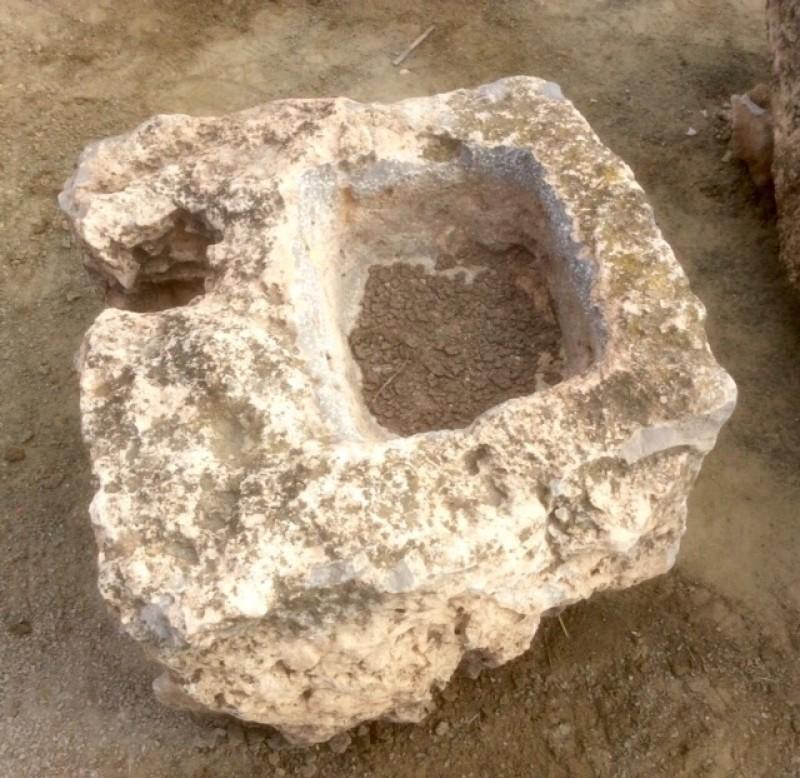 Pilón irregular de piedra roca, mide 70 cm x 65 cm x 45 cm de alto