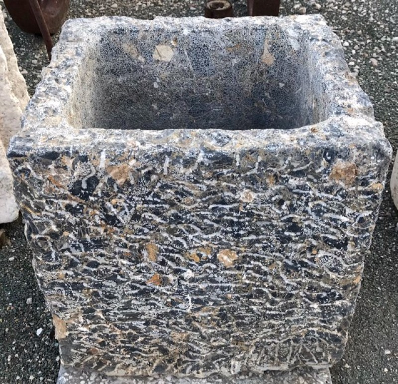 Pila de piedra gris oscura abujardada. Mide 49 cm x 44 cm x 50 cm de alta