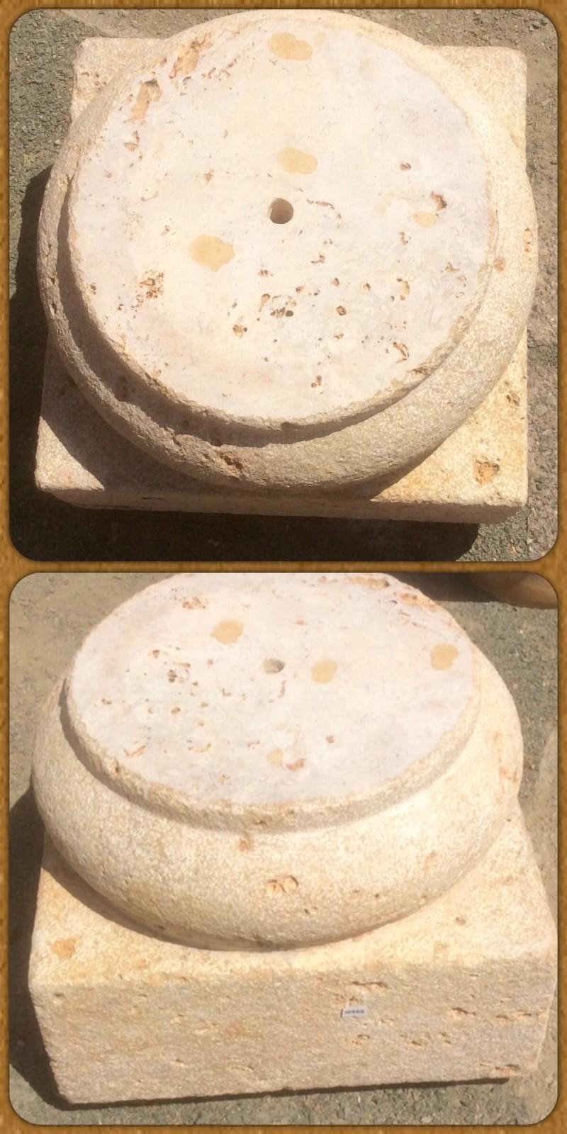 Bases de piedra sueltas, hay dos iguales. Piedra acabado abujardado. Miden 40x40x33 cm de altura.