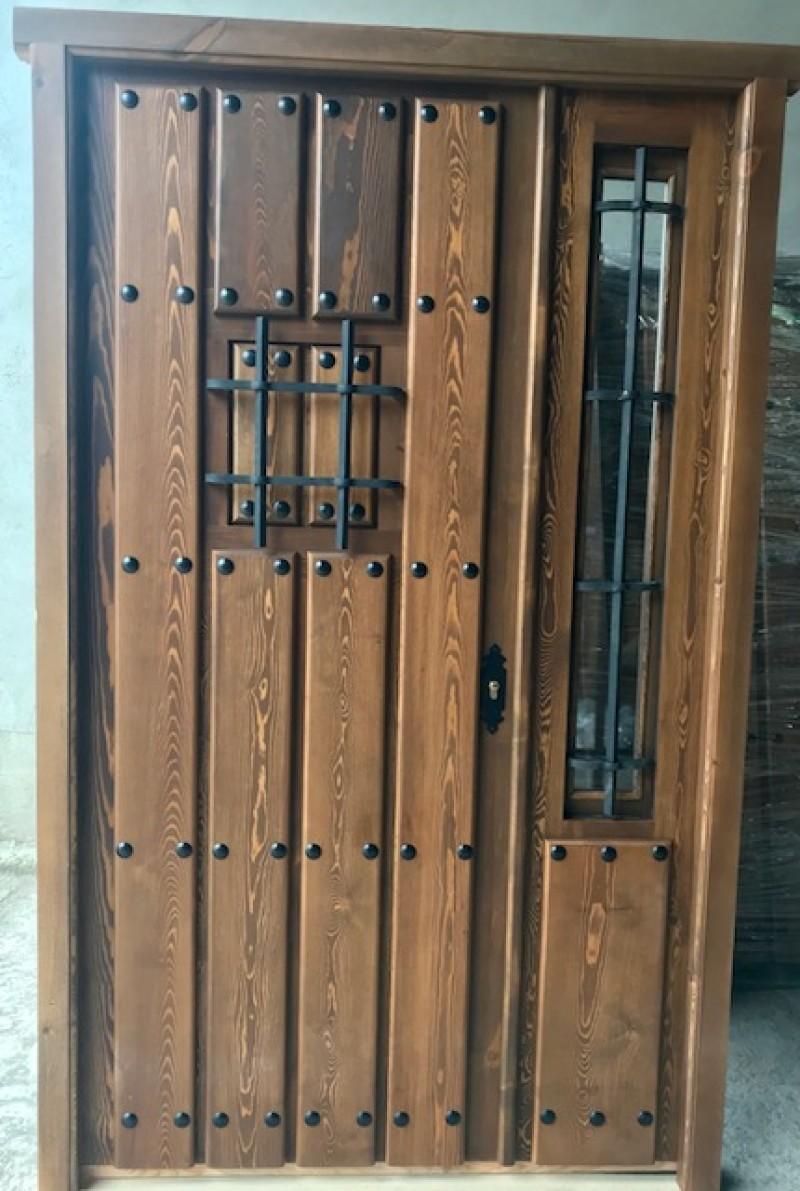 Puerta de exterior con una hoja y fijo abatible. Mide 1.30 cm x 2.10 cm de alta