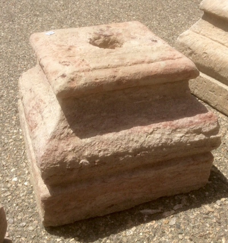 Base de piedra antigua. Mide 35x35x29 cm de alta.