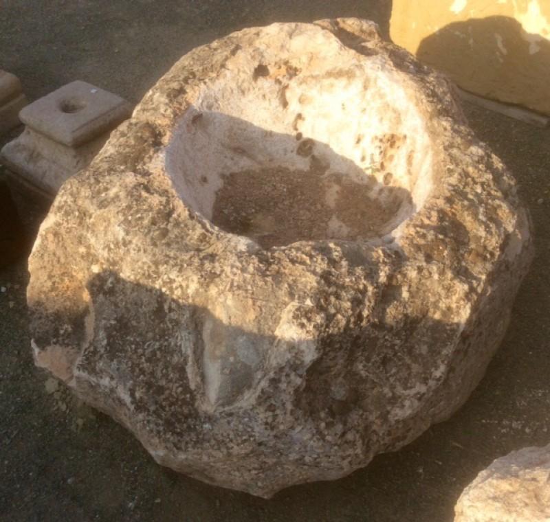 Pilón irregular de piedra roca, mide 1.04 cm x 90 cm x 45 cm de alto
