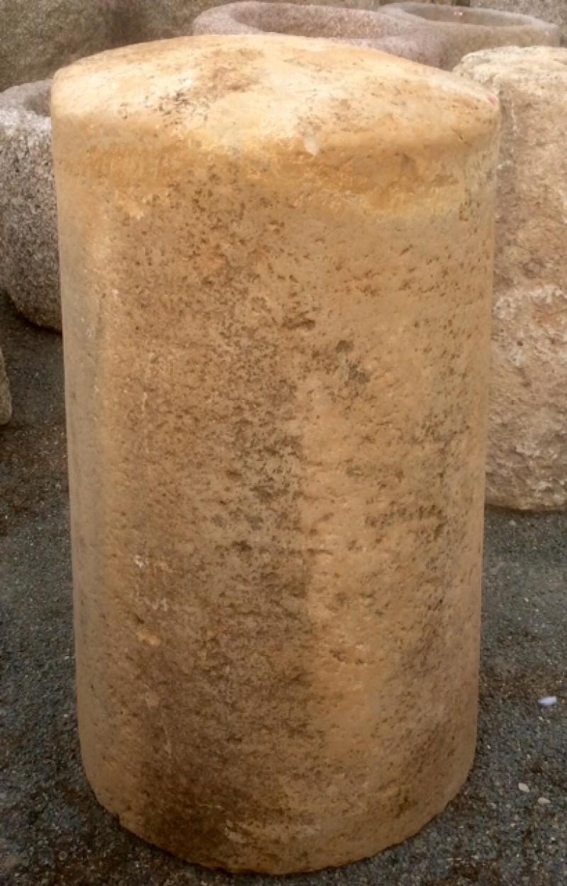 Rulo de piedra. Mide 55 cm de diámetro x 94 cm de alto.