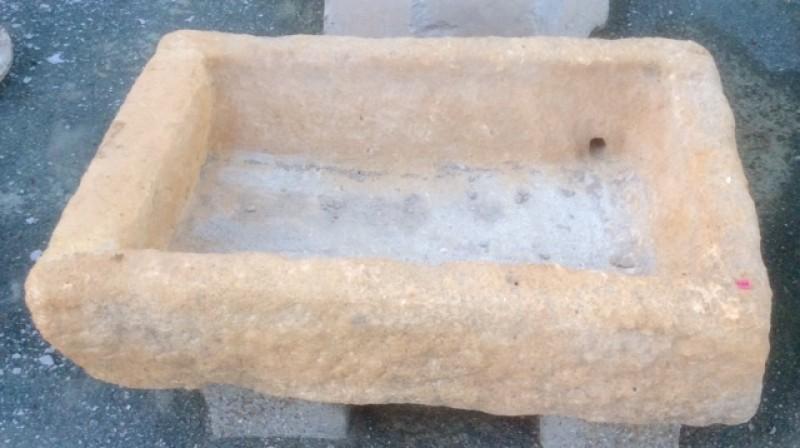Pilón rectangular de piedra arenisca. Mide 87 cm x 57 cm x 20 cm de alto