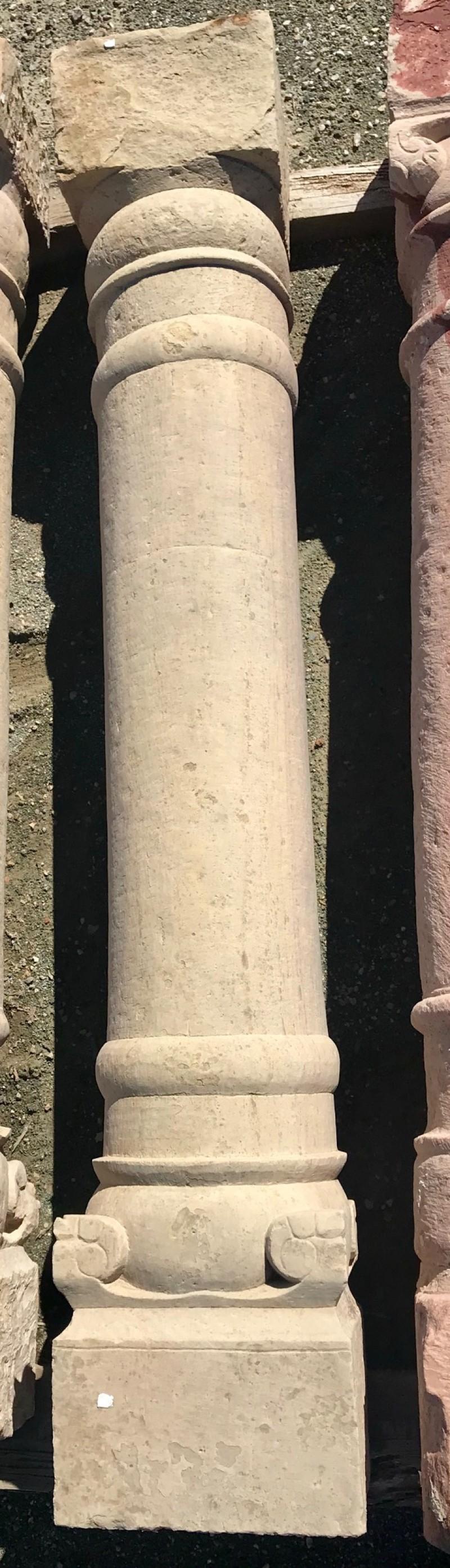 Columna de piedra antigua de una pieza. Mide 1,78 cm de alta.