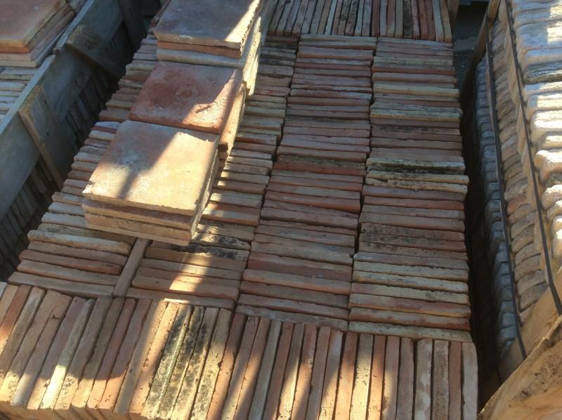 Losa de barro antigua. Mide 19x19x2 cm. En stock hay 451 Uds = 21,79 m2