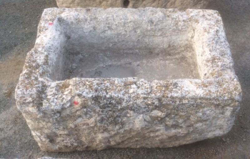 Pilón rectangular de piedra caliza. Mide 76 cm x 48 cm x 35 cm de alto.