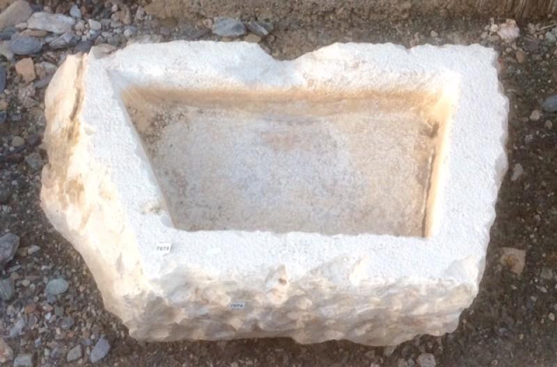 Pila de piedra viva irregular. Mide 60 cm x 35 cm x 16 cm de alta.