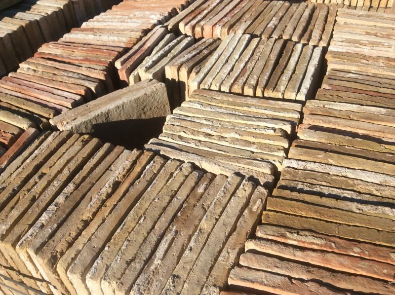 Losa de barro antigua.  Mide 26x26x2,5 cm. En stock hay 406 Uds = 27,45 m2