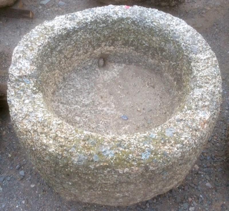Pilón redondo de granito. Mide 60 cm de diámetro x 35 cm de alto